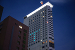 小田急ホテルセンチュリーサザンタワーで、感謝を込めた応援ライトアップを実施中