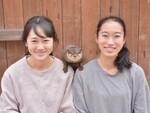 カワウソを肩に乗せて記念写真! 横浜・八景島シーパラダイスで新プログラム開始