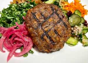 「大豆ハンバーグ」をサラダとして食べる
