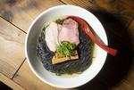【西新宿】真っ黒な麺が気になる! 麺屋 翔とコラボした「塩ラーメン 極黒」限定販売