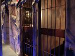 「監獄レストラン ザ・ロックアップ」は牢獄風の個室で距離が保てる!「人体実験カクテルセット」はいかが?