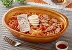 ファミマ、麺量約450gの「オニ盛!スパイシーナポリタン」