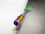 ダイソン、緑色の光で塵を可視化するコードレスクリーナー「Dyson V12 Detect Slim」シリーズ