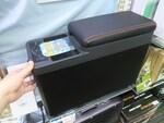 シートのスキマに置けて氷も作れる車載用冷凍冷蔵庫がサンコーから登場