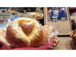 ハートの模様がかわいいクリームパン 横浜高島屋に障がい者の自立と社会参加を応援する「スワンベーカリー」初出店、6月29日まで