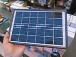 太陽光でスマホを充電できる最大6W出力のソーラーチャージャー