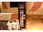 無人販売機で食品ロス削減、ネスレとみなとく「みんなが笑顔になる 食品ロス削減ボックス」を新宿郵便局などに設置