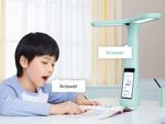 スマホを内蔵したスタンドライトを中国の子供たちが使って勉強中!