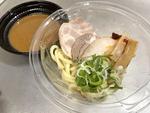 セブンの「とみ田監修 冷しつけ麺」がよくできている ちょっと食べにくいんですけどね