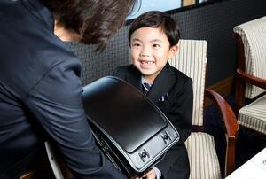 豪華ホテルで小学校入学をお祝い! ホテルニューグランド「ランドセル贈呈式 会食プラン」8月1日から