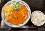 ご飯がついて完成形。丸亀製麺「トマたまカレーうどん」はめちゃニンニク系だった
