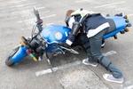 バイク免許取得に現役モデルが挑む!  バイクが起こせずその重量に撃沈